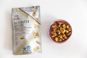 Gesunder Snack mit rohen Cashewnüsse und Mandeln mit weißer Schokolade von Activated Activé - Living Intentions