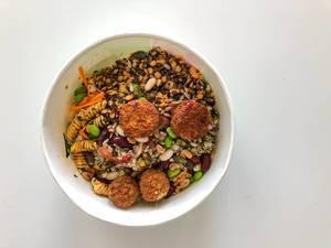 Gesunder, vegetarischer Picadeli-Salat, mit fleischlosen Gemüsebällchen aus Tomaten & Basilikum, Powerkornmix, Bohnen, Möhren & Pasta