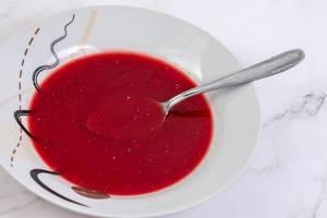 Gesundes Essen: Selbstgemachte Rote-Bete Suppe in einer Schüssel