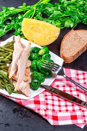 Gesundes Frühstück mit Hühnergemüsekräutern und -käse