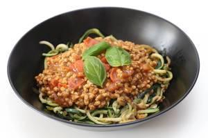 Gesundes Mittagessen für vegane Ernährung, mit Sonnenblumen-Bolognese als Fleischersatz und grünen Zucchini-Spaghetti
