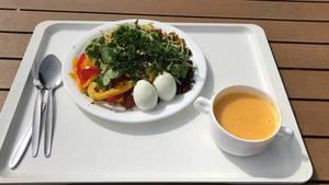 Gesundes Mittagessen in der Mensa Kantine der Sporthochschule Köln, mit Eiern, Paprika, Feldsalat und Eigelb-Drink