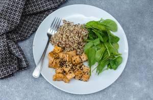 Gesundes Mittagessen: Tofu, Spinatbläter und Quinoa als Beilage