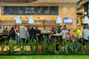 """Gesundes saisonales Essen beim True Food Kitchen Restaurant in Chicago, von der Philosophie """"Besser essen und dadurch besser leben"""" und von der Anti-Entzündungsdiät geprägt"""