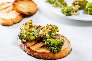 Getoastetes Brot mit gegrilltem Brokkoli