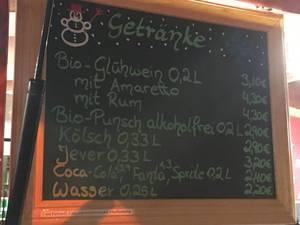 Getränkekarte auf Weihnachtsmarkt: Glühwein, Bio-Glühwein, Kölsch, Kinderpunsch