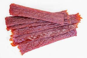 Getrocknete Fischrogen-Sticks auf weißer Fläche