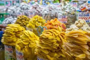 Getrocknete Früchte und Süßigkeiten an einem Stand auf dem Ben Thanh Markt in Saigon