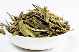 Getrockneter grüner Tee aus Australien in einer weißen Schale auf weißem Hintergrund