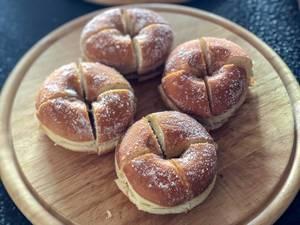 Geviertelte Donuts auf einem Schneidebrett