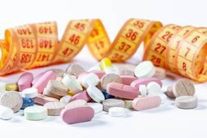 Gewichtsverlust / Diäterfolg dank Pillen – Tabletten, Kapseln und Pillen vor Maßband