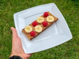 Gewürzbrot mit Peanut-Butter, Bananen und Himbeeren