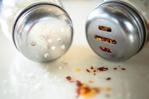 Gewürzstreuer mit grob gemahlenem Chili und Parmesan