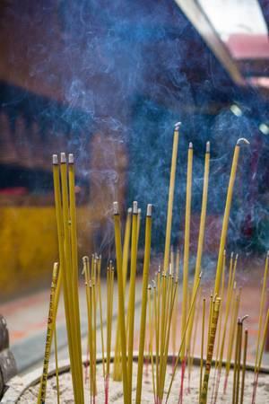 Gezündete Weihrauchstäbchen in einem lokalen Pagoda-Tempel in Ho Chi Minh