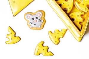 Gingerbread cookies in the form of pieces of cheese and a mouse (Flip 2020)