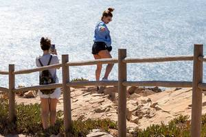 Girls taking risky pictures at the cliffs of Cabo da Roca