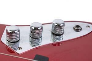 Gitarren-Potentiometers auf einer roten Gitarre in der Nahaufnahme