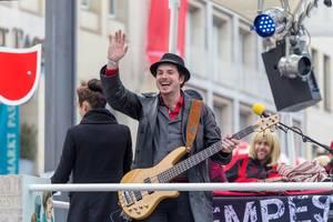 Gitarrenspieler winkt dem Publikum zu - Kölner Karneval 2018