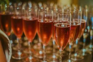Gläser mit Champagner Rosé. Geringe Schärfentiefe