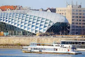 Gläserne Wal nahe Pester Donauufer in Budapest, Ungarn, vom Architekten Kas Oosterhuis