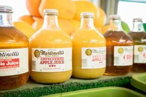 Glasflaschen mit Apfelsaft im Supermarkt