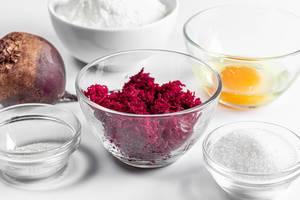 Glasschüsseln mit Backzutaten, um Rote-Bete-Pfannkuchen zu machen
