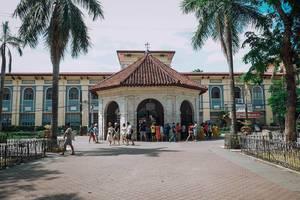 Gläubige Menschen versammeln sich um das berühmte Kreuz von Magellan