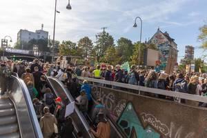Globale Demonstration für Umweltschutz: Demonstrierende aller Generationen am Hans-Böckler-Platz in Köln-Ehrenfeld