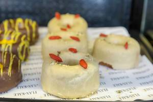 Glutenfreie Donuts mit Ahornsirup-Glasur im Flax & Kale Restaurant in Barcelona, Spanien