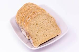 Glutenfreies Brot in Scheiben in weißer Schale
