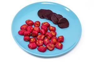 Gnocchi mit roter Beete und Scheiben roter Beete auf einem blauen Teller