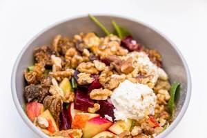 Goatlovers Bowl mit Ziegenfrischkäse, getrockneten Feigen, Apfel, rote Beete, Walnüsse, Spinatsalat, Pflücksalat mit Himbeer-Ahorn Dressing angemacht von Make Food