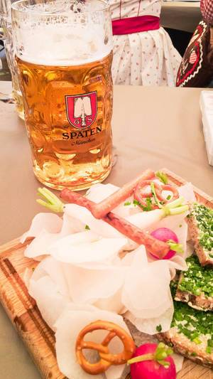 Goes great with beer: Bierradi-Brettl with radish, radishes, icicles and slices of bread with chives