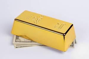 Goldbarren auf einem Geldstapel