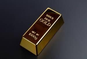 Goldbarren auf schwarzer Fläche
