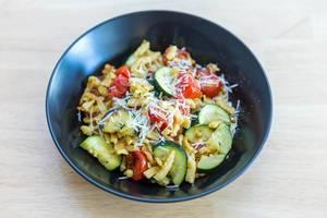 Goldbraun gebratene Spätzle mit getrockneten Tomaten und Zucchini von Hellofresh