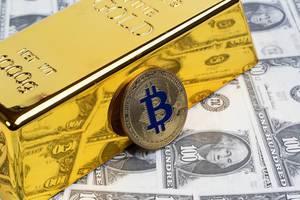 Goldene Bitcoin-Münze mit Goldbarren und Geld