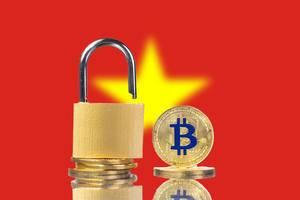 Goldene Bitcoin-Münzen und Vorhängeschloss vor der Flagge der Sozialistischen Republik Vietnam