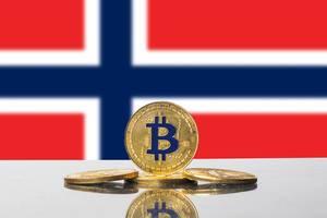 Goldene Kryptowährungs-Münze mit blauem Bitcoin-Zeichen vor der Flagge von Norwegen