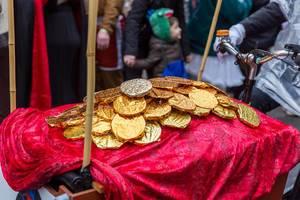 Goldene Münzen auf dem Dagobert Duck Wagen beim Rosenmontagszug in Köln