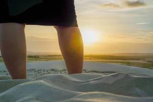 Goldene Stunde und beginnender Sonnenuntergang in den weißen Sanddünen in Mui Ne, Vietnam