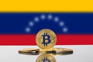 Goldener Bitcoin wird von den acht neuen Sternen auf der Flagge von Venezuela umrahmt
