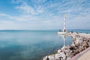 Goldener, gütiger Engel des Friedens am Ufer des türkisblauen Balaton / Plattensees in Ungarn