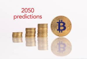 Goldmünzen-Stapel mit goldener Bitcoinmünze und 2050 Prognose-Text
