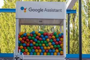 Google Assistant Glasbox mit bunten Bällen