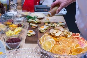 Gourmetkoch bei der Zubereitung von exotisch-belegten Brotscheiben