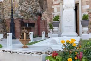 Grabmal vor dem Eingang zur Kirche Hagios Demetrios in Thessaloniki