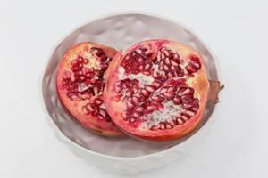 Granatapfel in weißem Schälchen