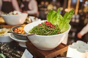Granatapfel Salat mit Kräutern, grünem Salat und Lachs