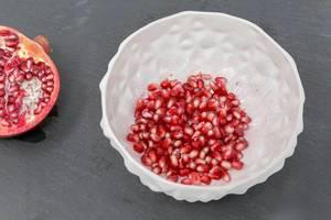 Granatapfelkerne in einer weißen Schale